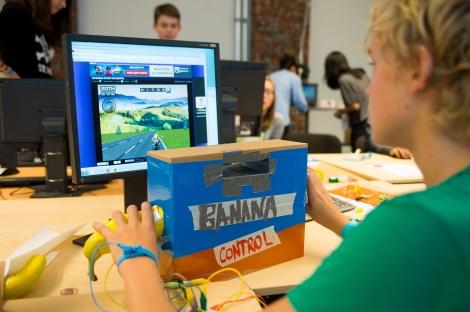 Schüler beim kreativen Computerspielen
