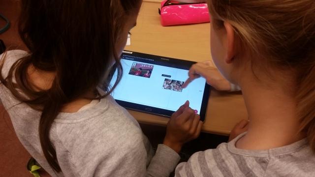 Schülerinnen bei der Arbeit an ihrem mBook