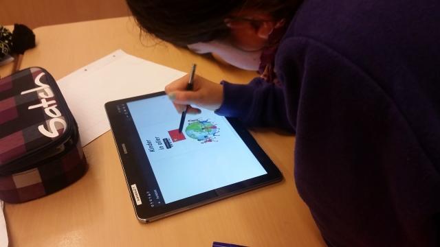 Schülerin bei der Arbeit an ihrem mBook