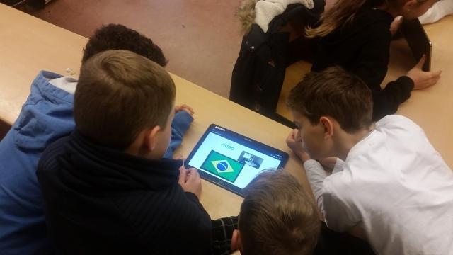 Schüler präsentieren sich ihr mBook